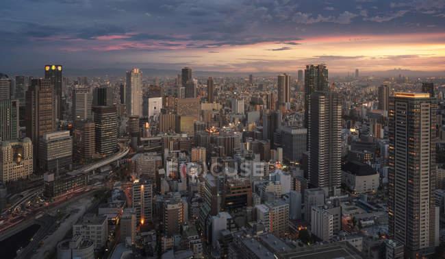 Japón, Osaka, Vista aérea de la ciudad al atardecer - foto de stock