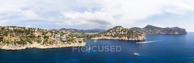 España, Mallorca, Vista aérea de Cala Llamp y Cala Marmassen, Punta des Mila - foto de stock