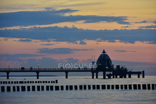 Allemagne, Mecklembourg-Poméranie occidentale, Zingst, pont maritime et gondole de plongée au coucher du soleil — Photo de stock