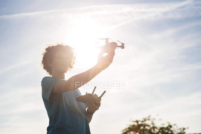 Garçon volant un drone à l'extérieur — Photo de stock