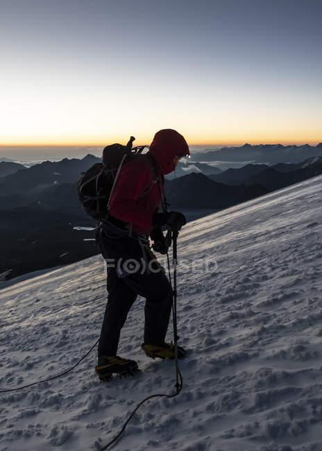 Russia, Alta Valle di Baksan, Caucaso, Alpinista che ascende il Monte Elbrus — Foto stock