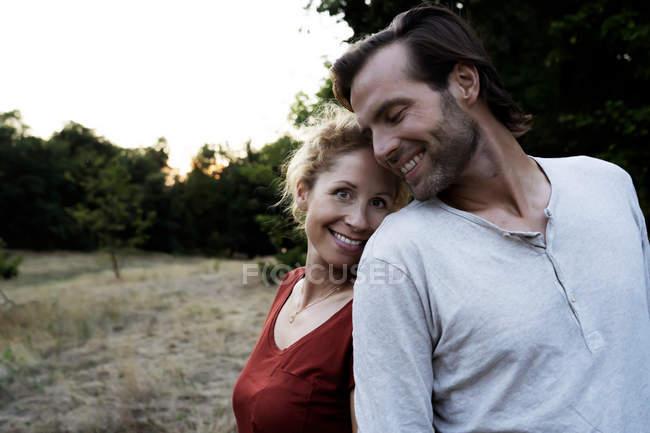 Glückliches Paar steht in der Natur — Stockfoto