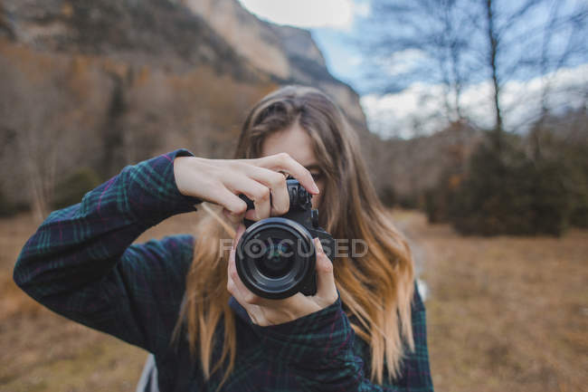Іспанія, молода жінка з камерою в Національному парку Ордеса. — стокове фото