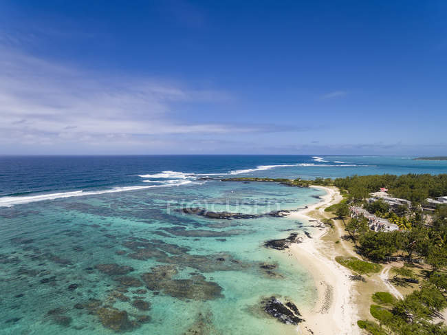 Mauricio, Costa Este, Océano Indico, Trou d'Eau Douce, Vista aérea de la playa - foto de stock