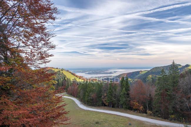 Germania, Alta Baviera, Aschau, Foresta autunnale, Vista sul Chiemsee la sera — Foto stock