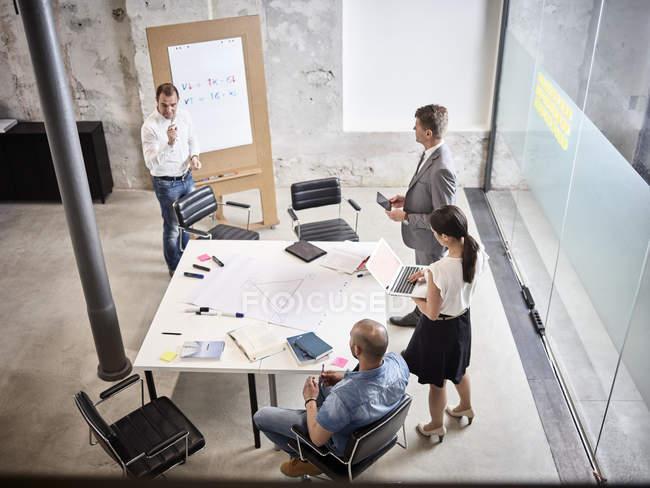 Uomini d'affari che tengono una riunione in sala conferenze — Foto stock