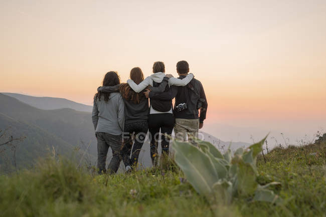 Bulgaria, Balkan Mountains, group of hikers standing on viewpoint at sunset — Stock Photo