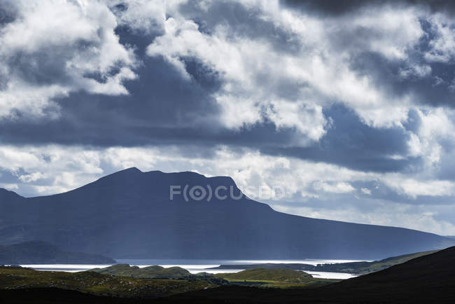 United Kingdom, Scotland, Scottish Highland, Sutherland, Ullapool, light mood and Cul Mor mountain in the background — Stock Photo