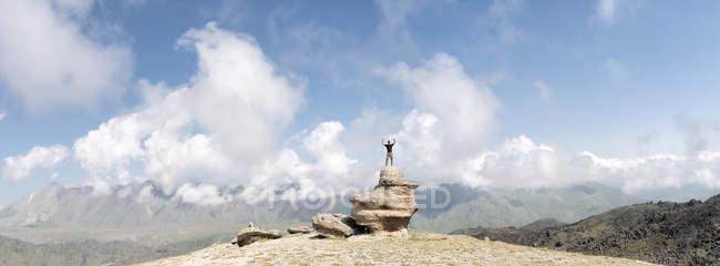 Росія, Кавказ, альпініст у гірському утворенні у верхів