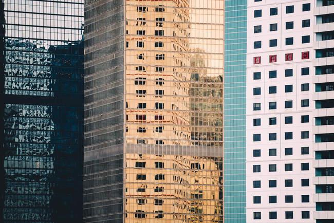 China, Hong Kong, Isla de Hong Kong, fachadas de rascacielos, vista parcial - foto de stock