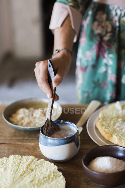 Young woman preparing home-baked cake, close-up — Foto stock
