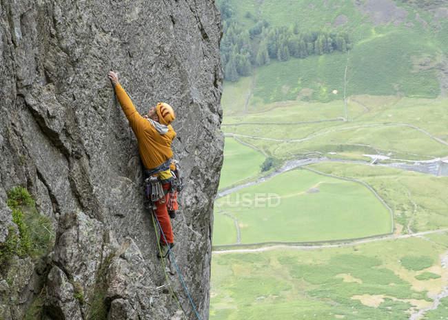 Regno Unito, Lake District, Langdale Valley, Gimmer Crag, arrampicatore su roccia — Foto stock