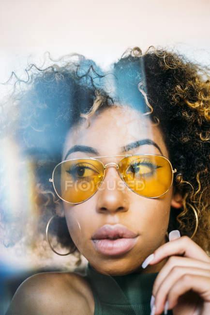 Retrato da jovem da moda vestindo óculos amarelos — Fotografia de Stock