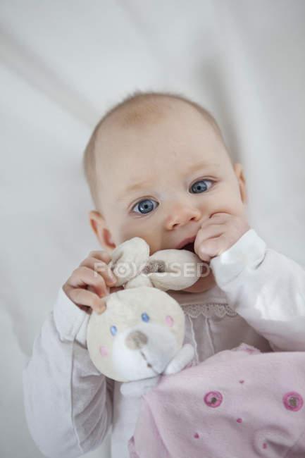 Портрет дитячої дівчини з іграшкою кролика — стокове фото