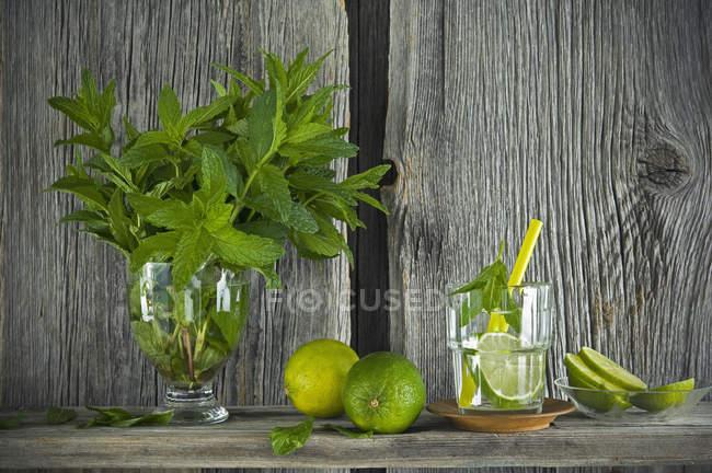 Домашній м'ята лимонад з вапном на дерев'яному борту — стокове фото