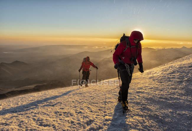 Rusia, Alto Valle de Baksan, Cáucaso, Montañeros ascendiendo al Monte Elbrus - foto de stock