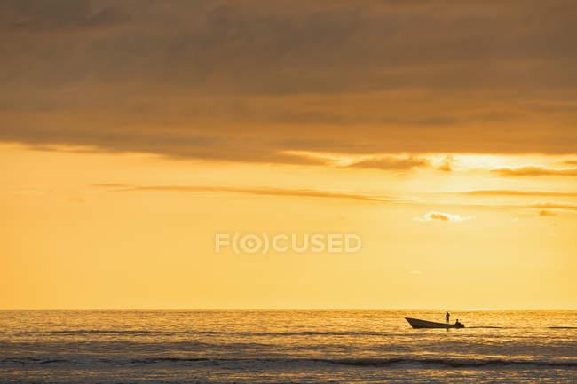 Mauricio, Costa Oeste, Océano Índico, playa de Trou aux Biches, puesta del sol - foto de stock