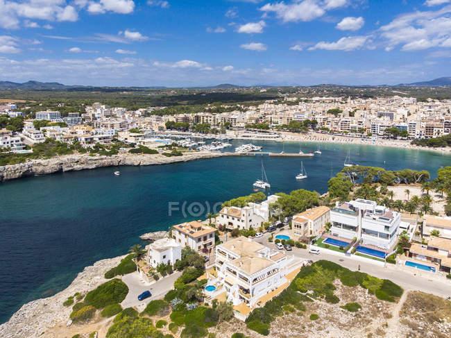 España, Baleares, Mallorca, Porto Cristo, Cala Manacor, costa con villas y puerto natural - foto de stock