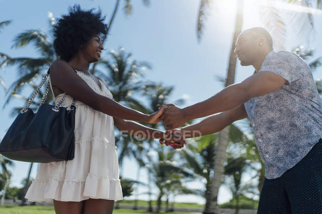 Usa, florida, miami beach, glückliches junges paar unter palmen im sommer — Stockfoto
