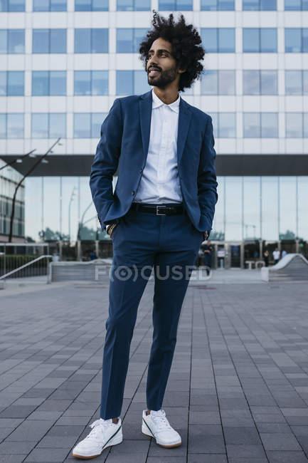 Spanien, Barcelona, stilvoller junger Geschäftsmann, der in der Stadt steht — Stockfoto