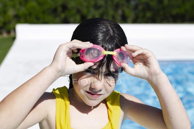 Портрет маленькой девочки в купальниках у бассейна — стоковое фото