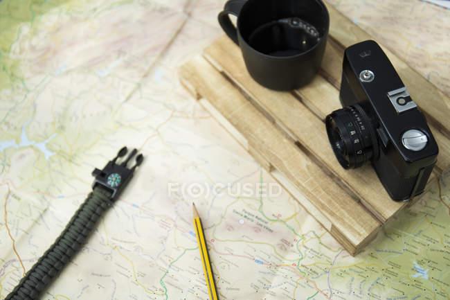 Mappa, macchina fotografica e tazza di caffè — Foto stock