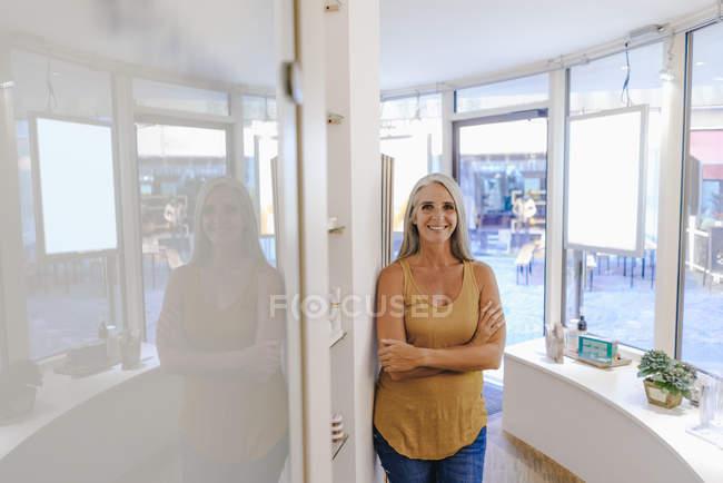 Портрет улыбающейся деловой женщины в ее магазине — стоковое фото