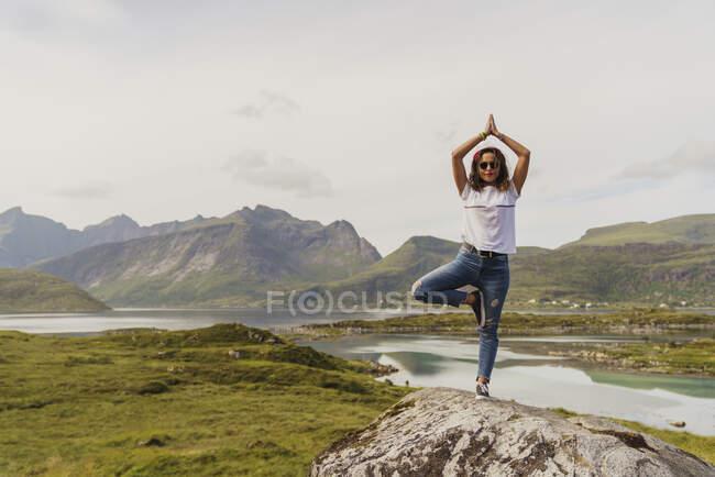 Junge Frau praktiziert Yoga in der Natur, Lappland, Norwegen — Stockfoto