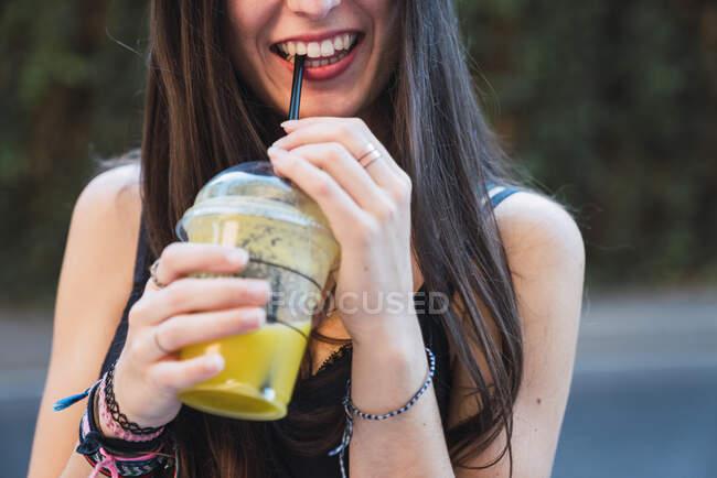 Sorrindo suco mulher bebendo com uma palha — Fotografia de Stock