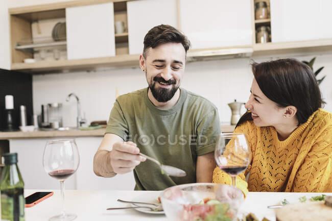 Feliz casal no amor ter almoço juntos no casa — Fotografia de Stock