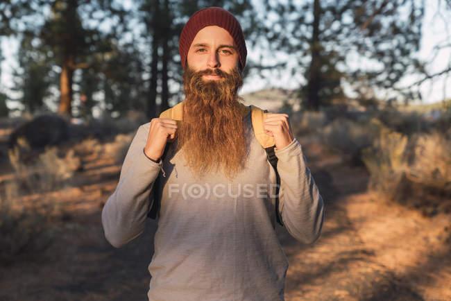EUA, Califórnia do Norte, retrato de homem barbudo em uma floresta perto do Parque Nacional Vulcânico de Lassen — Fotografia de Stock