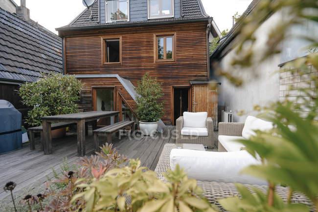 Parte de trás da casa de uma família com terraço — Fotografia de Stock