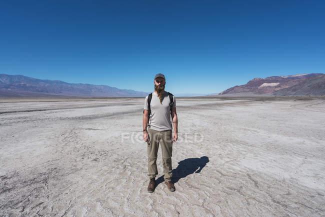 Usa, Californie, Death Valley, homme debout dans le désert — Photo de stock