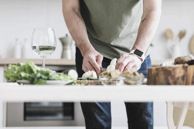 Uomo che prepara l'insalata a casa, vista parziale — Foto stock