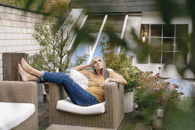 Donna rilassante sulla terrazza — Foto stock