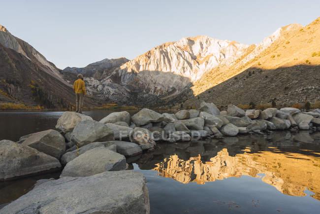 Usa, Californie, parc national Yosemite, lacs Mammoth, randonneur au lac Convict — Photo de stock