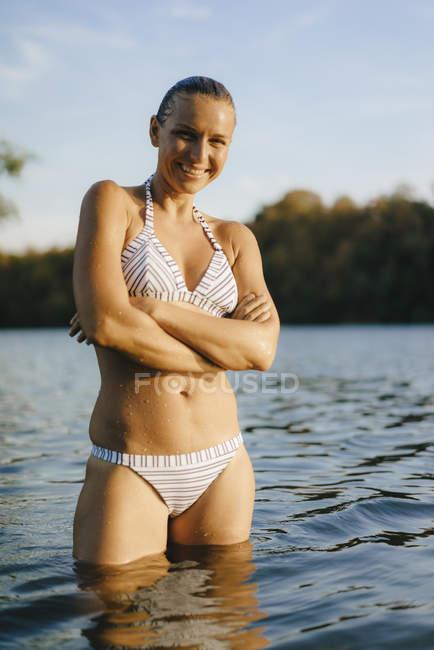 Портрет усміхнена жінка в бікіні в озері — стокове фото
