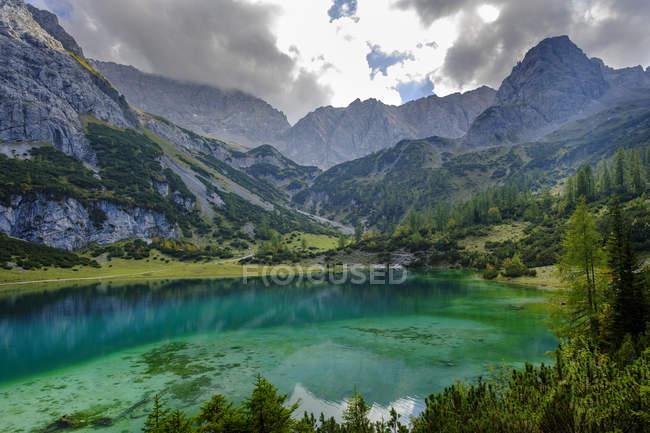 Austria, Tyrol, Wetterstein Mountains, Mieminger Kette, Ehrwald, Lake Seebensee, Sonnenspitze, Schartenkopf and Vorderer Drachenkopf — Stockfoto