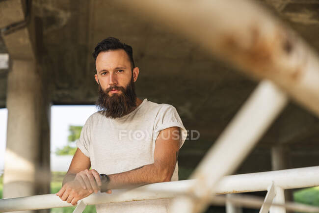 Portrait d'un jeune barbu en plein air — Photo de stock