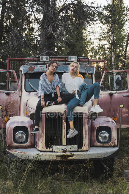 Two friends sitting on a broken truck — Stock Photo