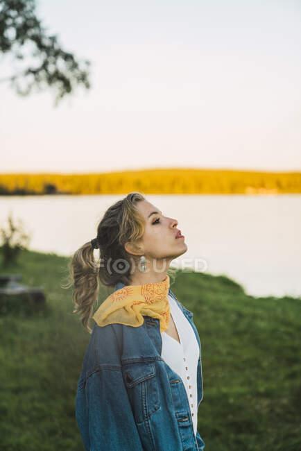 Портрет прекрасної молодої жінки біля озера. — стокове фото