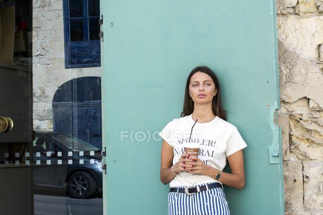 Портрет молодой женщины с бумажной чашкой кофе со льдом — стоковое фото