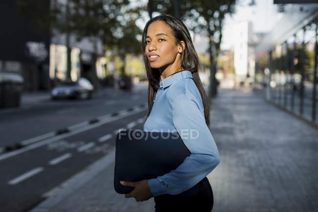 Donna d'affari con borsa per laptop in città — Foto stock