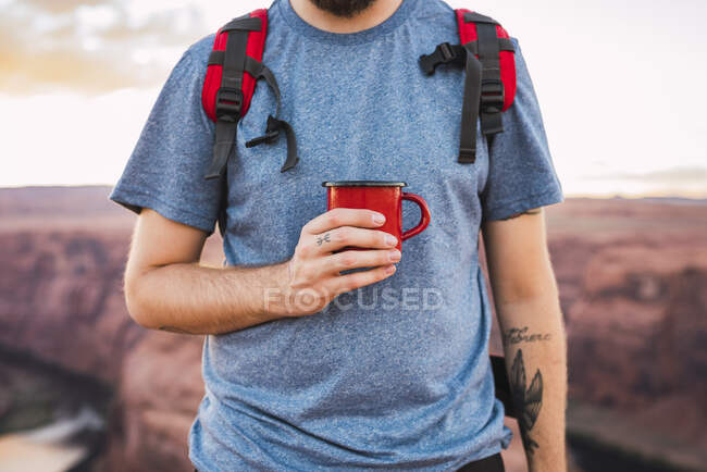 Young man holding red cup — Stock Photo