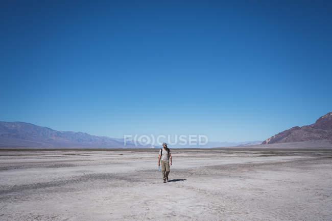 Usa, Californie, Death Valley, homme marchant dans le désert — Photo de stock