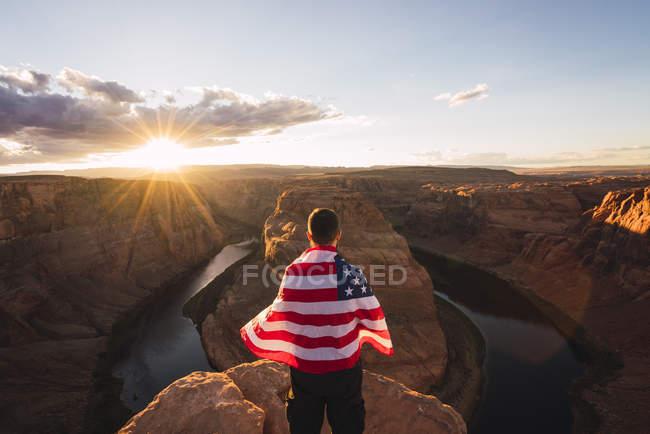 Usa, Arizona, Colorado River, Horseshoe Bend, joven con bandera americana. - foto de stock