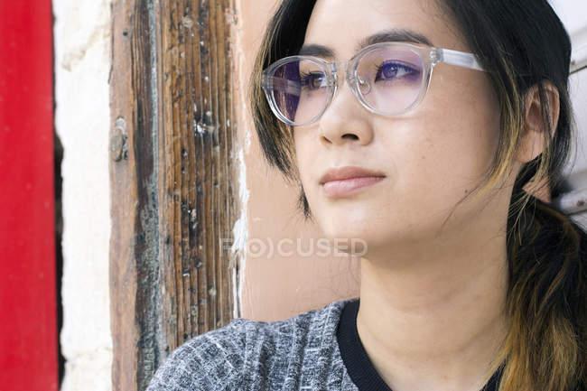 Портрет молодої жінки у модних окулярах. — стокове фото
