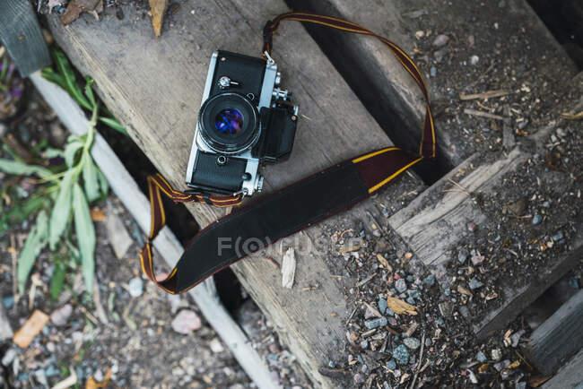 Câmera em um banco de madeira, vista superior — Fotografia de Stock