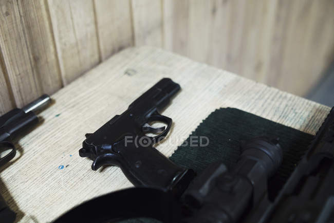 Pistola na mesa em uma faixa de tiro interior — Fotografia de Stock
