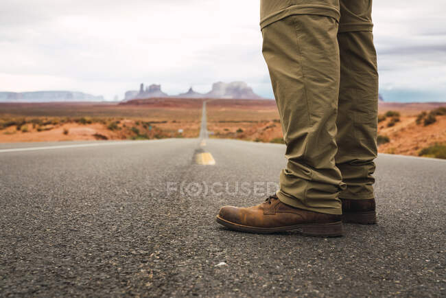 USA, Utah, Man standing on road to Monument Valley — Stock Photo